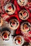 Las magdalenas deliciosas del chocolate con las bayas encendido wodeen la tabla, v superior Fotografía de archivo libre de regalías