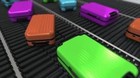 Las maletas coloridas se mueven en transportador de rodillo en el aeropuerto Animaci?n de Loopable 3D almacen de metraje de vídeo