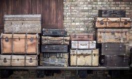 Las maletas de cuero del vintage apilaron verticalmente - Spreewald, Alemania fotografía de archivo libre de regalías