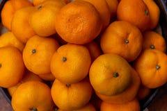 Las mandarinas jugosas exhibieron en venta imagenes de archivo