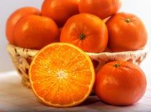 Las mandarinas se cierran para arriba en cesta Foto de archivo libre de regalías