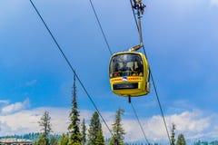 Las maneras de la cuerda o el teleférico de Gandola en Gulmarg Ski Area de Jammu y Cachemira llamaron 'Paradise en la tierra 'en  fotografía de archivo