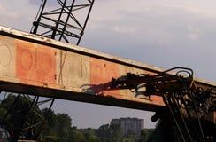 las mangueras y los tubos del sistema hydráulico de la maquinaria pesada - trabaje a máquina para martillar las pilas en el empal Imagen de archivo