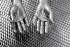 Las manos abren el acero futurista de la plata de la robusteza sobre gris Fotos de archivo libres de regalías