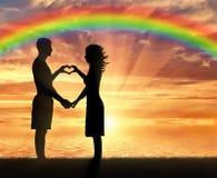 Las manos alcanzan para el cielo en la puesta del sol y el arco iris Fotografía de archivo