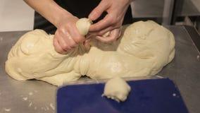 Las manos amasan la pasta