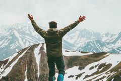 Las manos aumentadas hombre feliz del aventurero en cumbre viajan imagen de archivo