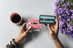 Las manos celebran mostrar a música retra la cinta de casete audio 80s Foto de archivo libre de regalías