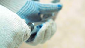 Las manos con guantes del primer del fontanero instalan la ducha almacen de metraje de vídeo