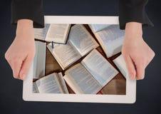 Las manos con la tableta en la demostración de la tabla de la marina de guerra abren los libros Fotos de archivo libres de regalías