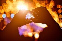 Las manos con un smartphone registran el festival de música en directo, tomando la foto de la etapa del concierto, concierto vivo Imagen de archivo libre de regalías