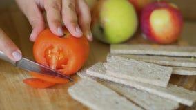 Las manos cortaron un tomate almacen de video