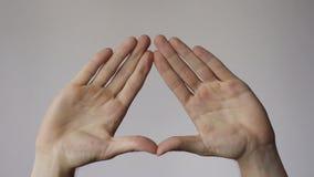 Las manos crean símbolo del triángulo de Illuminati almacen de metraje de vídeo