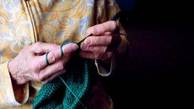 Las manos de las abuelas hacen a ganchillo el hilado verde Clip del primer del funcionamiento mayor de la mujer metrajes