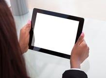 Las manos de la empresaria que sostienen la tableta digital en el escritorio imágenes de archivo libres de regalías