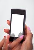 Las manos de la empresaria usando el teléfono móvil en oficina foto de archivo