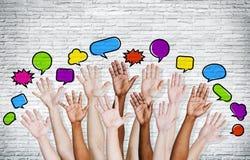 Las manos de la gente aumentadas con las burbujas del discurso Imagen de archivo