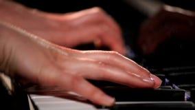 Las manos de la hembra que juegan el piano de cola, primer almacen de metraje de vídeo