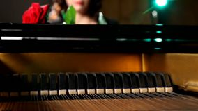 Las manos de la hembra que juegan el piano de cola, primer almacen de video