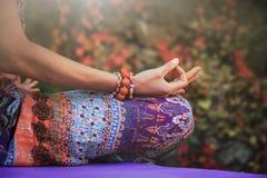 Las manos de la meditación de la yoga de la práctica de la mujer en mudra gesticulan al ou del primer foto de archivo