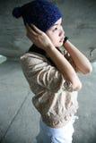 Las manos de la muchacha cubren los oídos Imagen de archivo libre de regalías