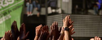 Las manos de la muchedumbre en un concierto en el lugar del Razzmatazz Fotografía de archivo