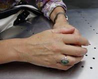 Las manos de la mujer. Fotografía de archivo libre de regalías