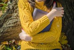 Las manos de la mujer abrazan el libro Foto de archivo
