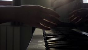Las manos de la mujer acaban juegos en piano y la tapa cercana del primer del piano en la cámara lenta almacen de metraje de vídeo