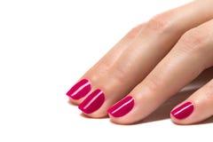Las manos de la mujer con rojo manicured clavan el primer. Imagen de archivo