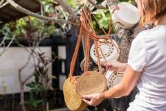 Las manos de la mujer con rota desnuda elegante de moda empaquetan Isla tropical de Bali, Indonesia Bolso de la rota foto de archivo