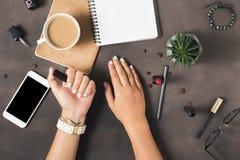 Las manos de la mujer con verano hermoso manicure en fondo oscuro Imagen de archivo