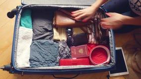Las manos de la mujer están embalando la maleta para un viaje y están soñando sobre viajar 3840x2160 4K almacen de metraje de vídeo