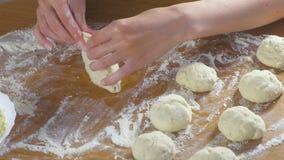 Las manos de la mujer hacen una empanada con arroz y el huevo de la pasta de levadura en la tabla de cocina almacen de video