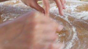 Las manos de la mujer hacen una empanada con arroz y el huevo de la pasta de levadura en la tabla de cocina Primer almacen de video