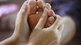 Las manos de la mujer joven tocan suavemente masaje al pie de las mujeres mayores metáfora y concepto para la atención sanitaria  almacen de video