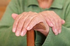 Las manos de la mujer mayor imágenes de archivo libres de regalías