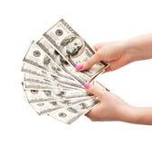 Las manos de la mujer que sostienen 100 billetes de banco del dólar de EE. UU. Imagen de archivo libre de regalías
