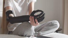 Las manos de la mujer que sostienen el brazo artificial almacen de video