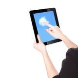 Las manos de la mujer usando la PC y el dedo de la tablilla tocan la nube Imágenes de archivo libres de regalías