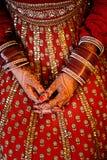 Las manos de la novia india que llevan los brazaletes adornados con hermoso él Fotografía de archivo