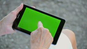 Las manos de la tableta de las aplicaciones de la mujer metrajes