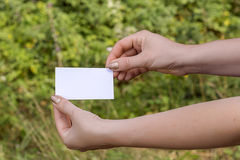 Las manos de las mujeres con la tarjeta Imágenes de archivo libres de regalías