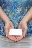 Las manos de las mujeres con la tarjeta Foto de archivo