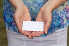 Las manos de las mujeres con la tarjeta Imagenes de archivo