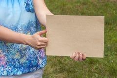 Las manos de las mujeres con la tarjeta Fotos de archivo