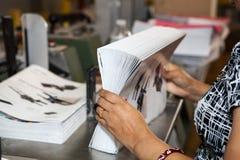 Las manos de las mujeres durante la operación en la fábrica Imagen de archivo