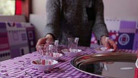 Las manos de las mujeres se arreglan los platos en la tabla de cena almacen de metraje de vídeo