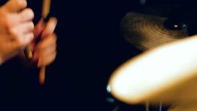 Las manos de los hombres batieron los tambores primer metrajes