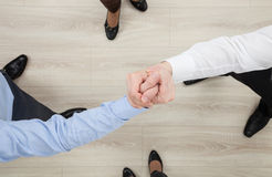 Las manos de los hombres de negocios que demuestran un gesto de una distensión o de un sólido Fotografía de archivo